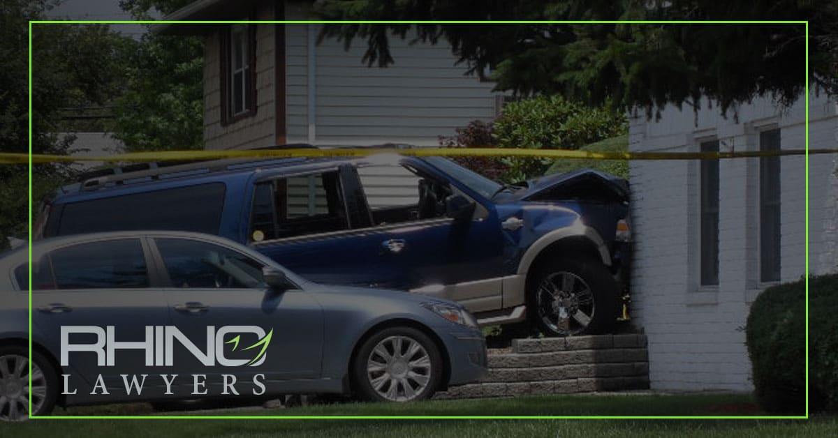 Un coche se estrella contra una casa en Tampa y deja un herido