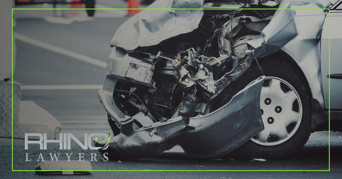 Muere un conductor al intentar liberar a un pasajero en un accidente