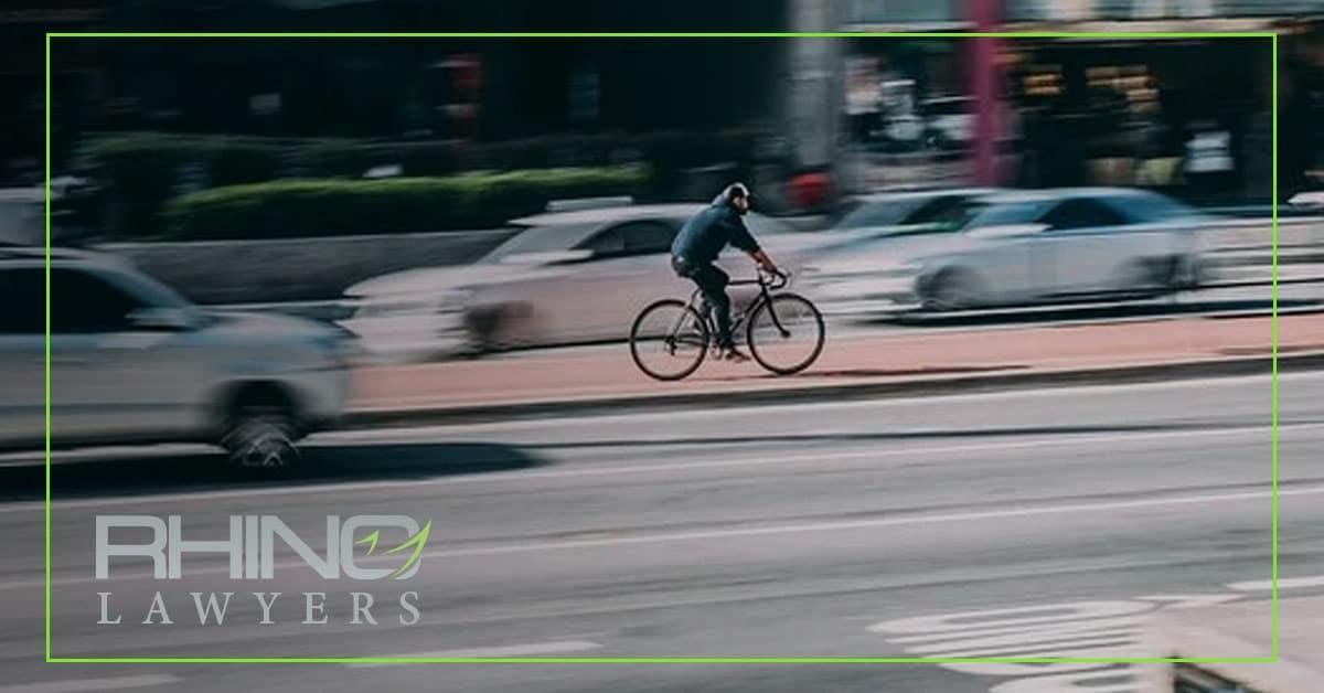 Un conductor ebrio y que se da a la fuga hiere a un ciclista y a un peatón