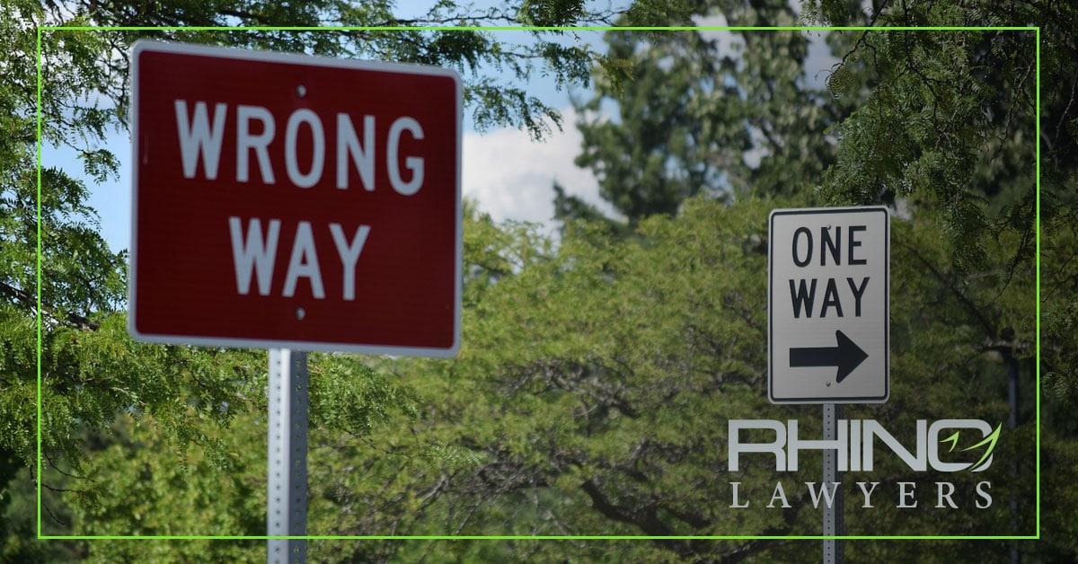 Un conductor que iba en dirección contraria mata a un motociclista en una colisión frontal